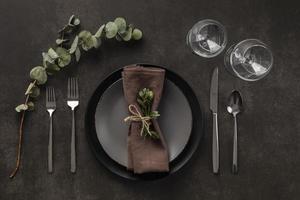dunkelgraue und braune Tischdekoration mit Eukalyptus foto