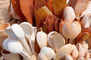 verschiedene Küchenholz Utensilien Besteck Hintergrund foto