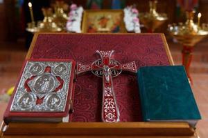 Kreuz, Tasse und Bibel foto