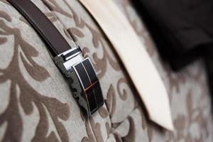 Herrenbekleidung und Accessoires auf einem gebrauchsfertigen Stuhl foto