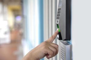 Nahaufnahme Hand der asiatischen Frau, die Fingerabdruck elektronisches digitales Türschloss-Sicherheitssystem scannt foto