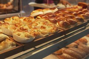 Brot im Regal in der Bäckerei eines Supermarktes foto