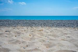 Sand und Kieselsteine an einem Strand in der Nähe von Jewpatoria, Krim foto