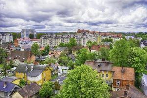 Luftaufnahme der Stadt Zelenogradsk, Russland mit einem bewölkten blauen Himmel foto