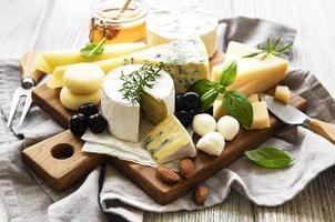 Anordnung von Käse auf einem Brett foto