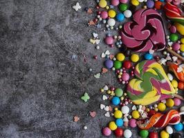 Bonbons mit Kopienraum auf einem dunklen Hintergrund foto