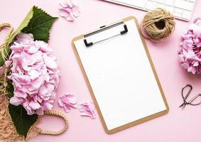 Draufsicht auf Blumen mit einem Zwischenablage-Modell foto