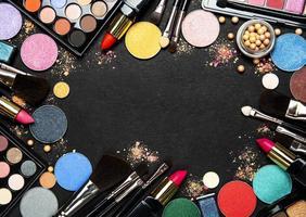 Make-up-Rahmen auf einem schwarzen Hintergrund foto