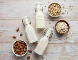 verschiedene vegane Milch flach liegen foto