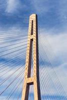 russische Brücke mit einem wolkigen blauen Himmel in Wladiwostok, Russland foto