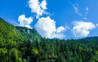 Landschaft mit Bergen und Wäldern mit einem wolkigen blauen Himmel in Abkhazia foto