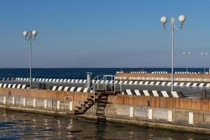 Seestück an einem Pier mit Straßenlaternen in Wladiwostok, Russland foto