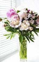 schöner Pfingstrosenstrauß in einer Vase foto