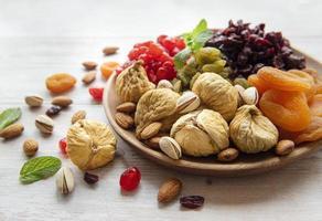 Schüssel mit verschiedenen getrockneten Früchten und Nüssen foto