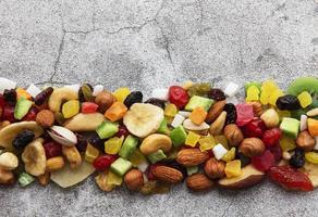 verschiedene getrocknete Früchte und Nüsse foto