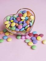 Glasschale mit Süßigkeiten foto