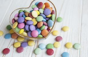 herzförmige Schüssel mit Süßigkeiten foto