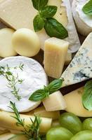 Draufsicht auf Käse und grüne Trauben foto