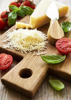 geriebener Parmesan mit Basilikum und Tomaten foto