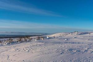sonniger Landschaftsblick von der Spitze der nördlichen schwedischen Berge foto