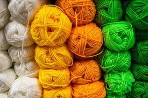 die Textur von mehrfarbigen, flauschigen Wollfäden zum Stricken. foto