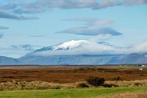 schneebedeckte Berge in der Ferne foto