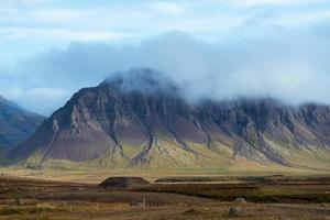 erodierter Berggipfel in Island foto