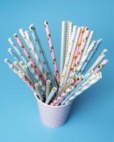 Auswahl an rosa und blauen Papierstrohhalmen foto