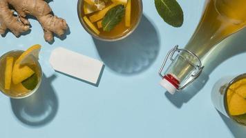 Arrangement mit leckerem Kombucha-Getränk foto