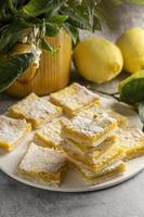 Zitronenquadrate mit Pflanzenhintergrund foto