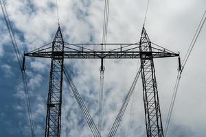 Stromleitungen gegen einen blauen Himmel foto