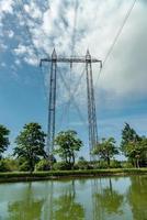 Stromleitungen überqueren den Gota-Kanal foto