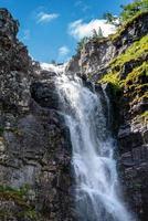 Blick auf den Njupeskar Wasserfall foto