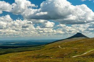 Wolken über einem Berg foto