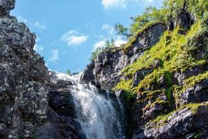Wasserfall mit Moos foto