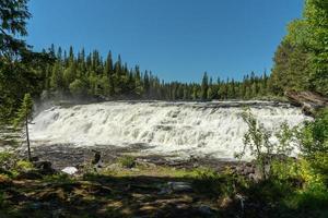 breiter Wasserfall bei strahlendem Sommersonnenschein foto