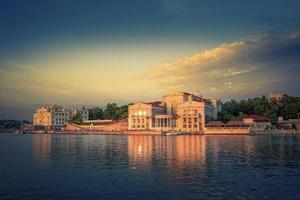 Stadtbild von Touristen an einer Uferpromenade in Sewastopol, Krim foto