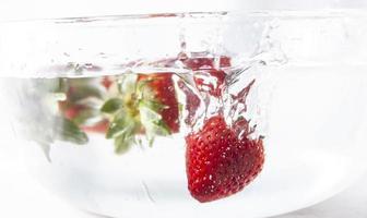 Erdbeeren in Wasser foto