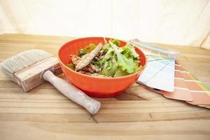 Gegrillte Makrele in einer Schüssel mit Pinsel und Proben foto