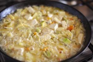 Tofu mit Gemüse in einer Pfanne foto