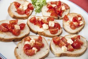 Tomaten und Käse auf Brot foto