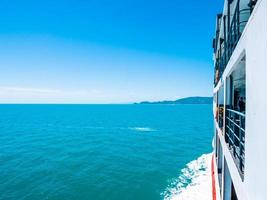 Außenbalkon des Bootes mit Meerblick foto