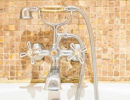 Wasserhahn im Badezimmer foto