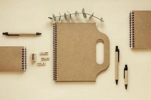 Schreibwaren aus recycelten Materialien foto