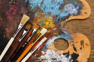 Vorderansicht schmutzige Farbpalette mit Pinseln foto