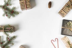Geschenkboxen mit grünen Zweigen und Zuckerstangen foto