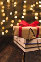 Geschenkbox auf einem Haufen Bücher foto