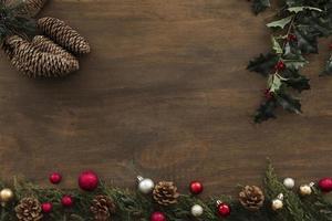 Stechpalmenzweige mit Zapfen auf dem Tisch foto
