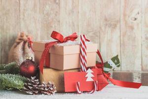 Zuckerstangen mit roten Umschlägen und Geschenken foto