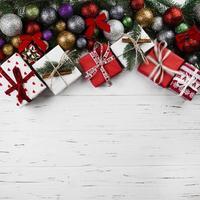 Weihnachtszusammensetzung von Geschenkboxen und Kugeln foto